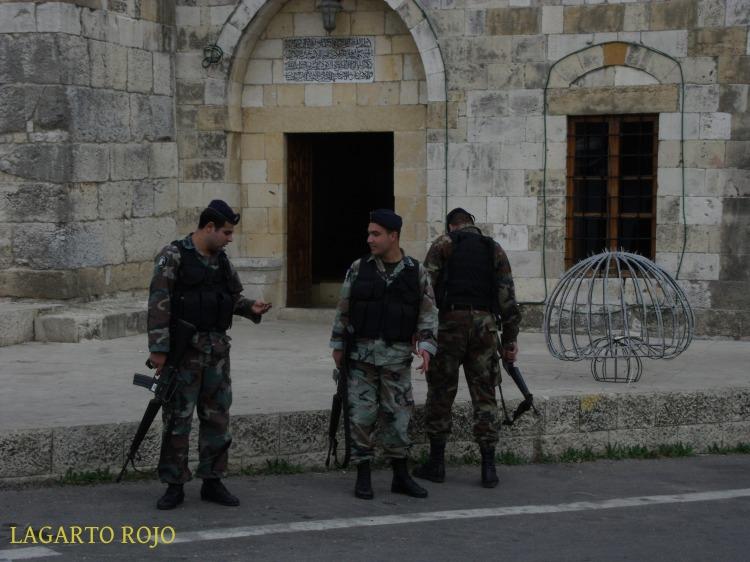Una patrulla del ejército libanés en Deir el Camar. Los soldados metralleta en mano, los controles, las alambradas y los tanques apostados en cualquier esquina son aún hoy parte del paisaje cotidiano libanés.