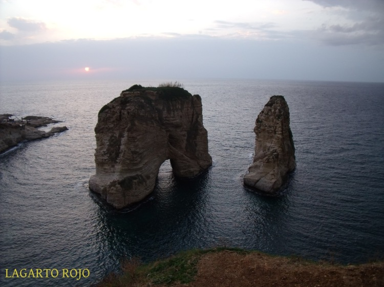 Las Rocas de las Palomas, un hito en el paseo a lo largo de la Corniche