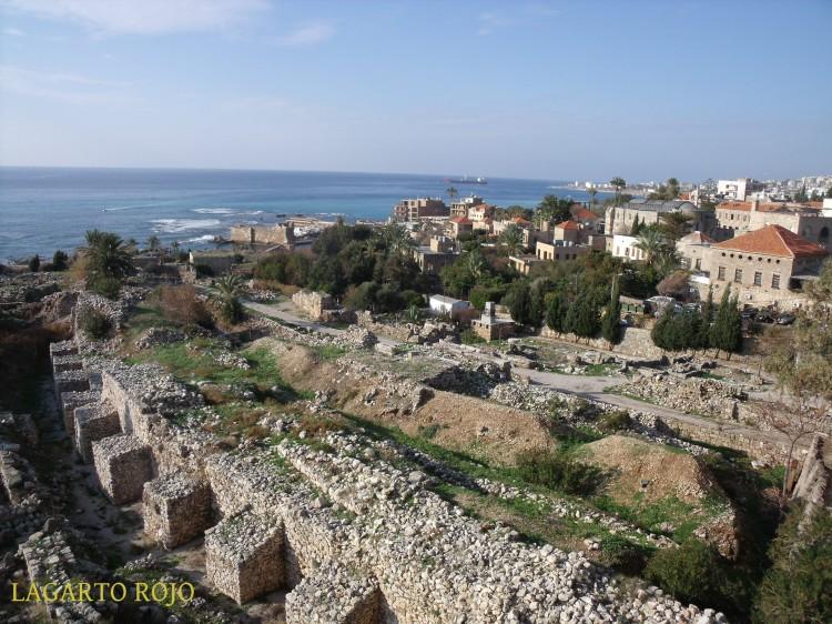Biblos. El yacimiento arqueológico y el casco antiguo vistos desde el Castillo de los Cruzados