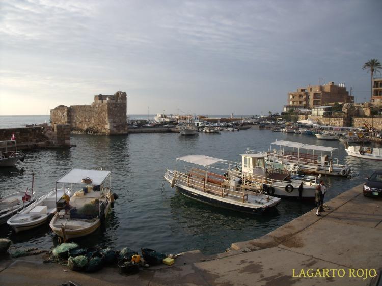 El minúsculo puerto de Biblos. Sorprende que fuera uno de los más importantes del mundo antiguo