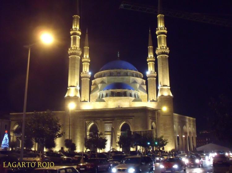 Vista nocturna de la imponente mezquita de Mojamed Al-Amín
