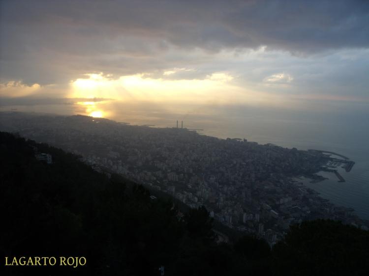 Vista panorámica hacia el sur desde el mirador de Jarisa. En primer término, Yunie. Al fondo, Beirut