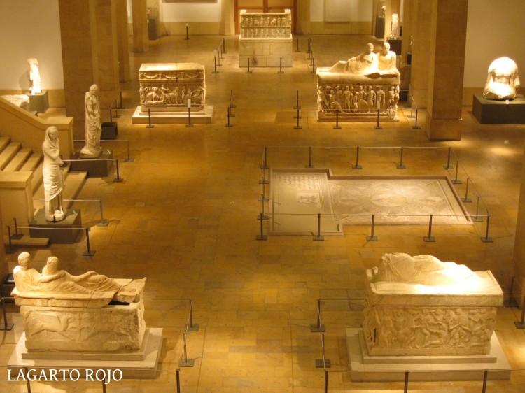 Los cuatro grandes sarcófagos romanos y el mosaico de los sabios en la planta baja del Museo Nacional de Beirut