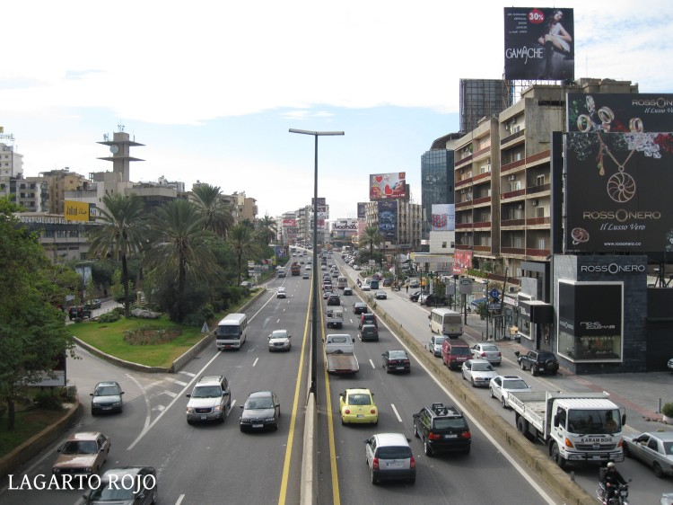 La autopista, siempre atestada de tráfico, que atraviesa Beirut de sur a norte
