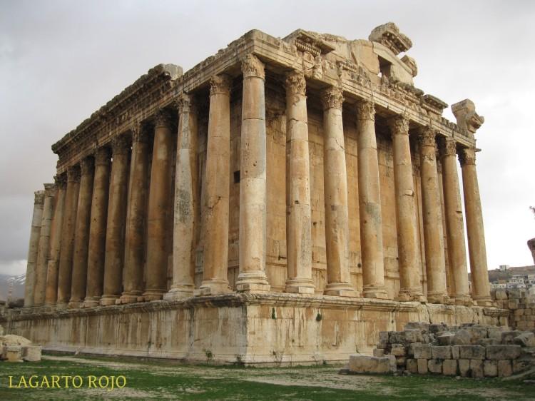 Templo de Baco en Baalbec, en el valle de la Becá. Esta localidad alberga uno de los recintos arqueológicos romanos más importantes del mundo