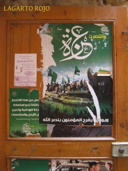 Un cartel del grupo terrorista islámico Hezbolá fotografiado en Sidón