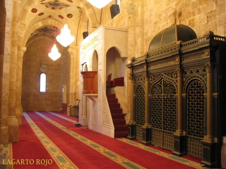El mijrab y el mimbar de la mezquita de Al-Omari están en la nave lateral derecha de la antigua iglesia