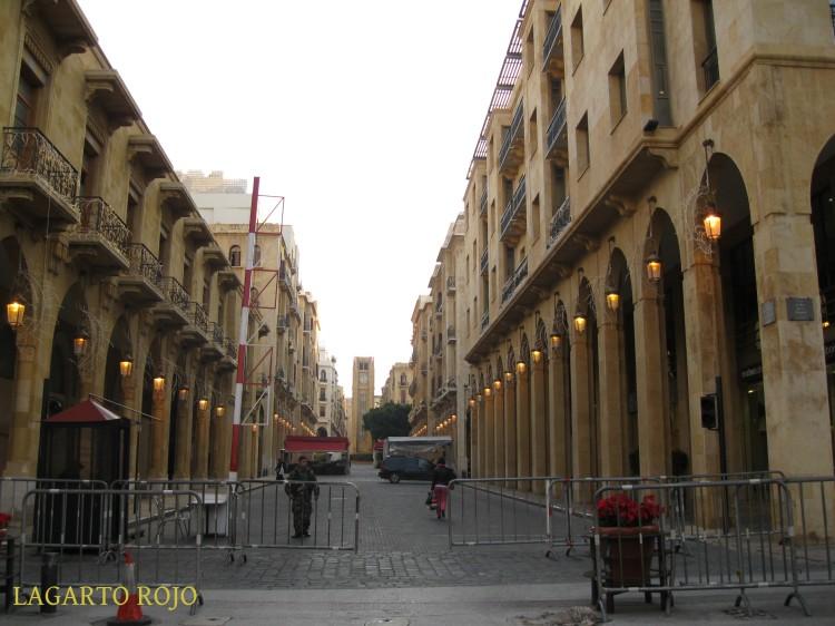 Las calles que rodean la plaza de la Estrella de Beirut (al fondo, su reloj) están cortadas al tráfico para evitar atentados con coches bomba. En la imagen, un control militar