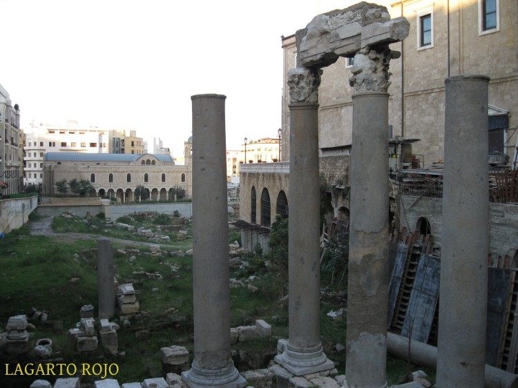 Ruinas del cardo romano entre la catedral maronita (a la derecha) y la ortodoxa griega (al fondo)