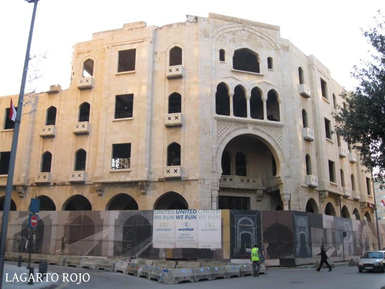 Un edificio en reconstrucción en el centro de Beirut. Aun siendo funcional y moderno, se le pretende dar un aire tradicional