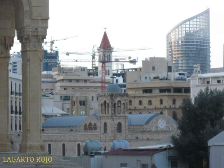 Así es Beirut: en primer término los pilares del pórtico de la mezquita de Mojamed al Amín, detrás, la catedral ortodoxa, seguidamente el reloj de la plaza de la Estrella y la zona administrativa, y al fondo un campanario católico y un rascacielos de una zona comercial