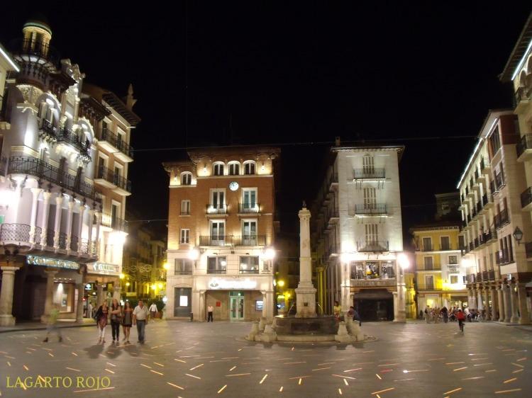 La plaza del Torico con su original iluminación nocturna