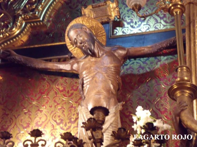 El Cristo de las Tres Manos presidiendo el retablo mayor de la iglesia del SalvadorLa tercera mano es visible en el costado derecho