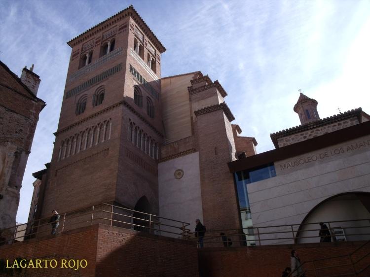 La torre de San Pedro (izda.), situada a los pies de la iglesia, y el Mausoleo de los Amantes (dcha.)