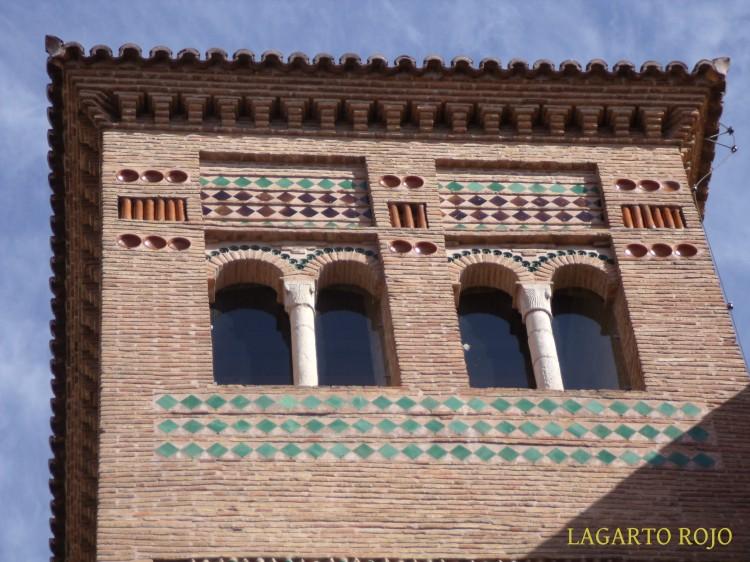 Detalle de la sencilla decoración de la torre de San Pedro