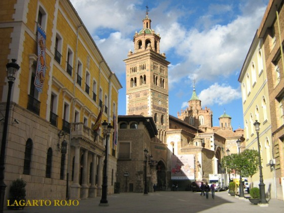 Vista general de la catedral de Santa María de Mediavilla con el Ayuntamiento en primer término.  La imagen está tomada desde la calle Yagüe de Salas