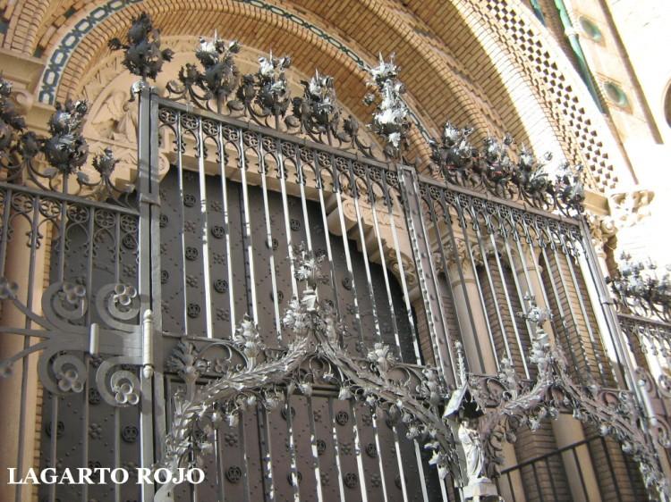 Portada neomudéjar de la catedral, aunque con reja neogótica flamígera