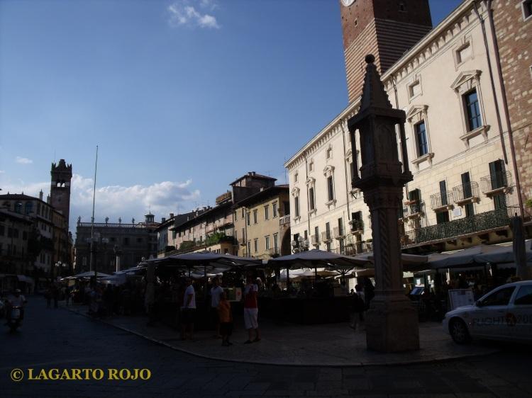 Plaza de las Hierbas. En primer término, la Columna del Mercado