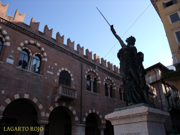 Monumento a las Víctimas de 1915 en la plaza de las Hierbas