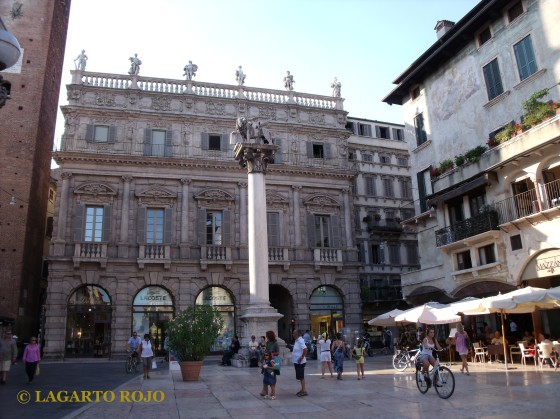 La Columna de San marcos y el palacio Maffei en la plaza de las Hierbas