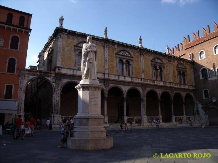 Lonja del Consejo y estatua de Dante Alighieri en la plaza de los Señores