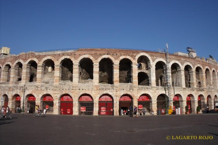 El anfiteatro de Verona (l'Arena) en la plaza de la Bra'