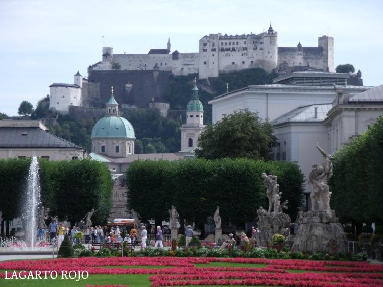 La fortaleza Hohensalzburg y la cúpula de la catedral desde los jardines del palacio Mirabell