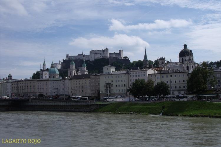 El casco antiguo visto desde el río Salzach