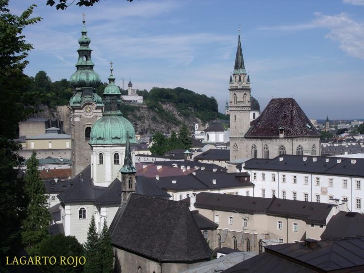 Cúpulas y torres de Salzburgo: a la izquierda la iglesia de San Pedro, a la derecha la de los Franciscanos