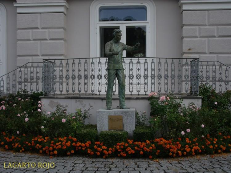 El monumento de Herbert von Karajan junto al río Salzach