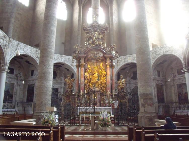 Altar mayor de la iglesia de los Franciscanos, obra de Johann Fischer von Erlach
