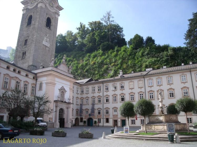 Plaza e iglesia de la abadía benedictina de San pedro  (Benediktinerstiftskirche Sankt Peter)