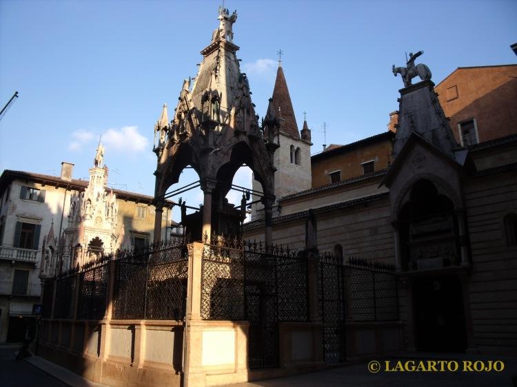 Las Arcas Scalígeras (izquierda) y la iglesia de Santa María la Antigua (derecha)