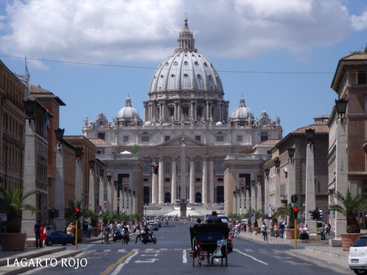 La inmensa basílica de San Pedro vista desde la Vía de la Conciliación