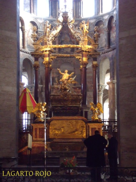 Baldaquín barroco de San Saturnino de Tolosa. Obsérvese el grosor desproporcionado de los pilares. La sombrilla rojigualda (colores de los Estados Pontificios) es privativa de las basílicas
