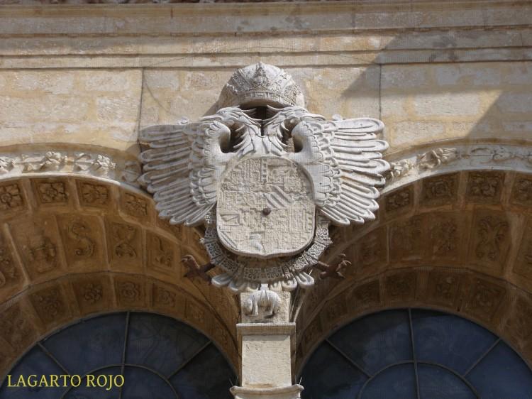Escudo imperial de Carlos I sobre la portada de la catedral primada de América