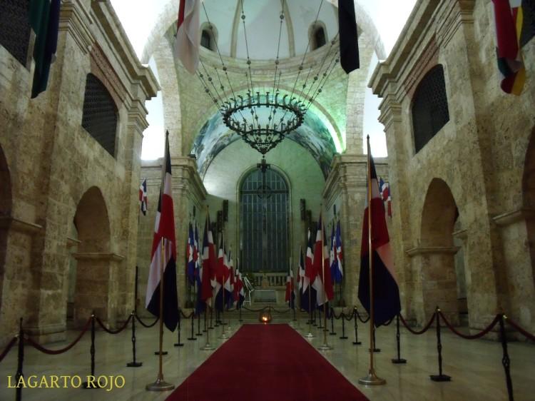 Panteón Nacional de Santo Domingo, antigua iglesia jesuítica reconvertida. El gran candelabro que cuelga del techo fue un regalo de Francisco Franco al dictador Rafael Leónidas Trujillo