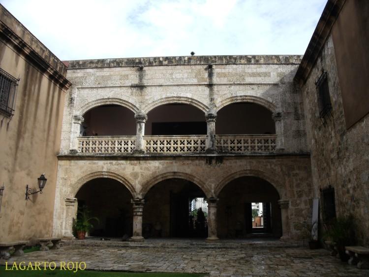 Uno de los patios de las Casas Reales