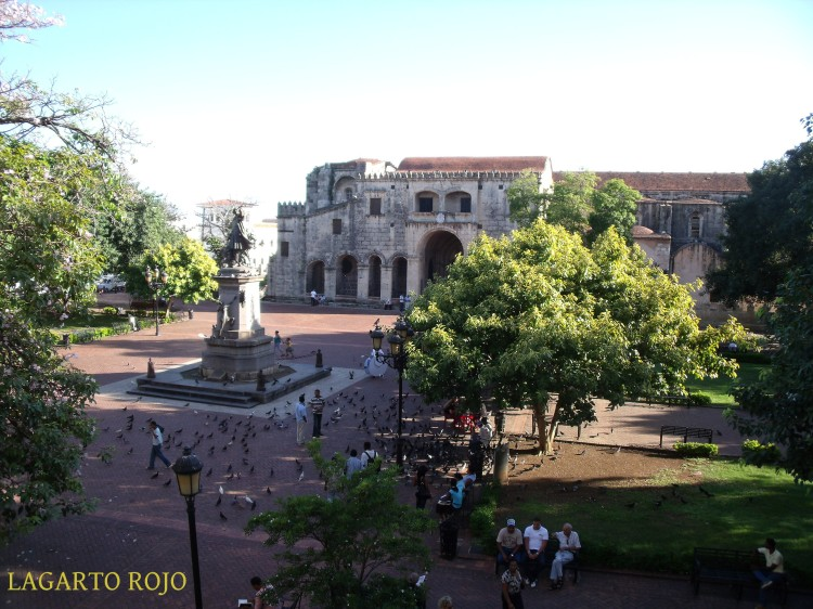 La plaza de Colón vista desde el balcón del Museo del Ámbar. Al fondo, la catedral primada de América