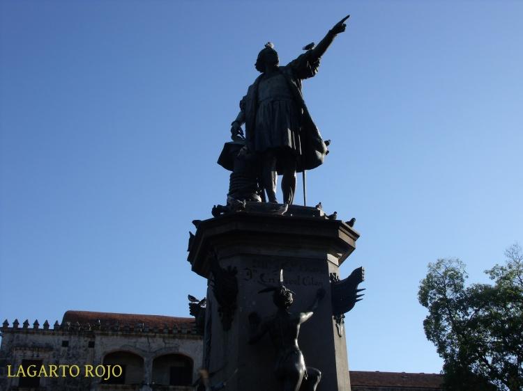 Monumento al almirante don Cristóbal Colón en la plaza de su nombre
