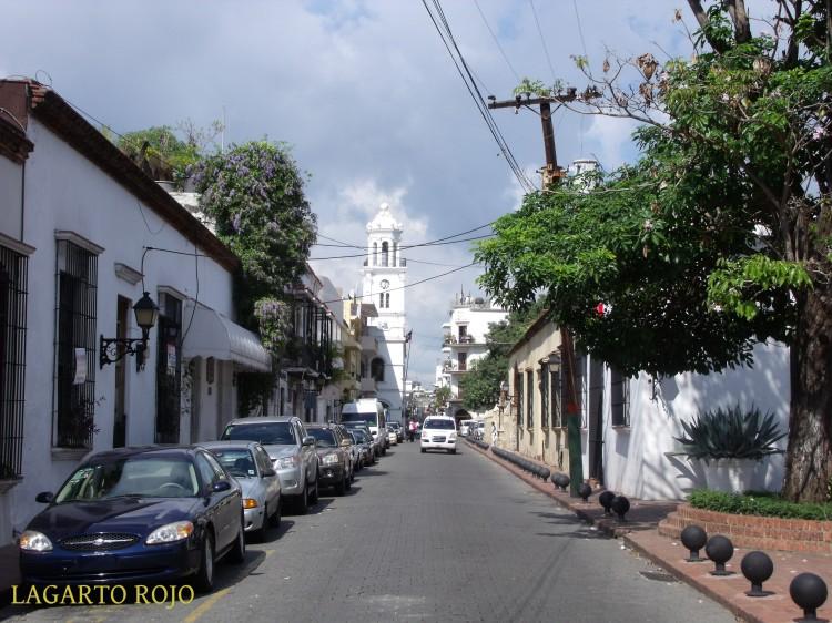 Una típica calle del casco antiguo de Santo Domingo. Al fondo, la torre del Ayuntamiento