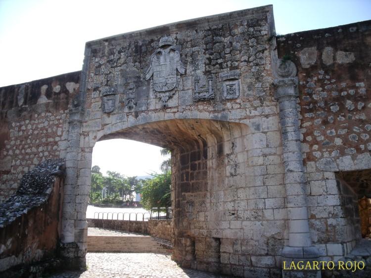Una curiosa puerta oblicua de las fortificaciones junto al alcázar, coronada por un escudo de Carlos I
