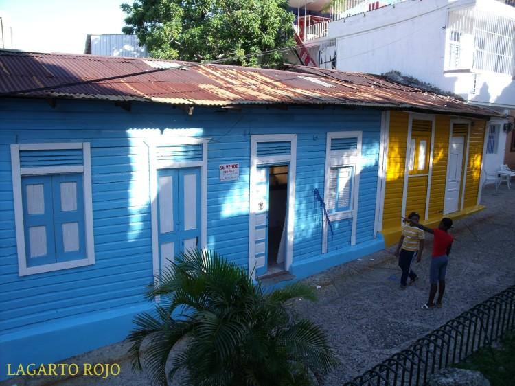 Casas populares de madera pintadas con vivos colores