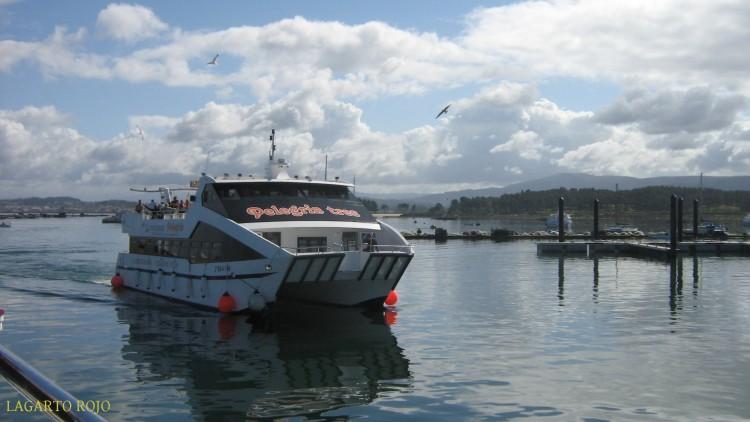 Uno de los catamaranes que hacen servicios turísticos en la ría de Arosa