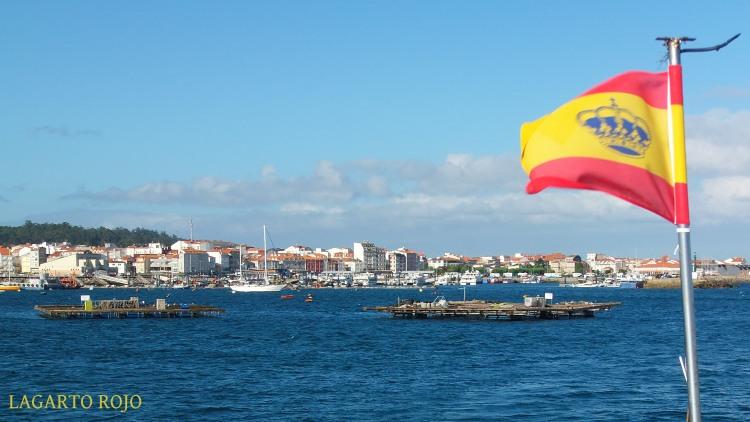 Bateas frente al puerto de El Grove, y en primer término el pabellón español de embarcaciones de recreo