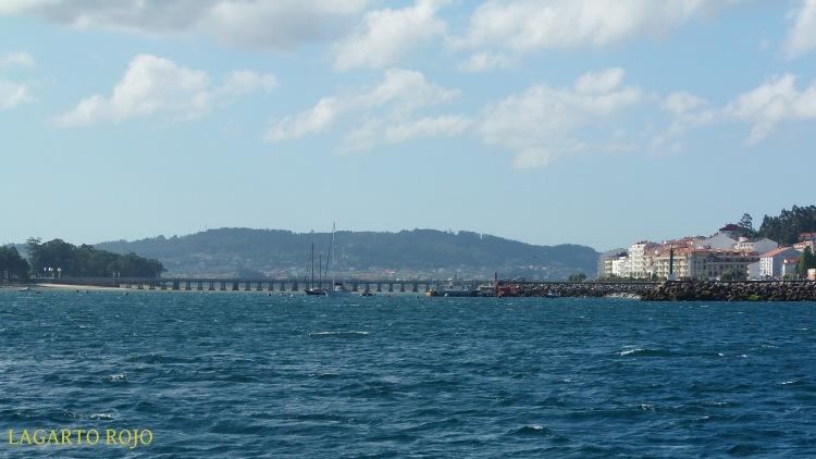 El puente que une la isla de La Toja (a la izquierda) con El Grove (a la derecha)