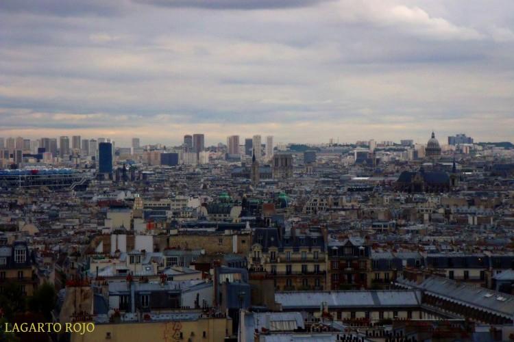 Vista panorámica del centro de París visto desde la colina de Montmartre. Se aprecia la catedral (a la izquierda), la iglesia de San Eustaquio (a la derecha), y tras ella la gran cúpula del Panteón