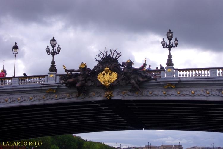 El puente Alejandro III está repleto de detalles escultóricos. En la imagen se aprecia el escudo imperial ruso