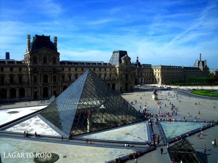 Explanada del Museo del Louvre con la polémica pirámide de cristal