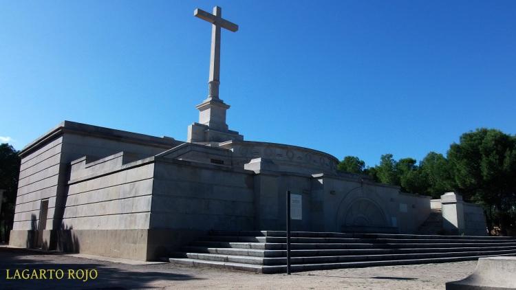 El Monumento a los Caídos erigido por el régimen franquista tiene un cierto aire de Valle de los Caídos en miniatura
